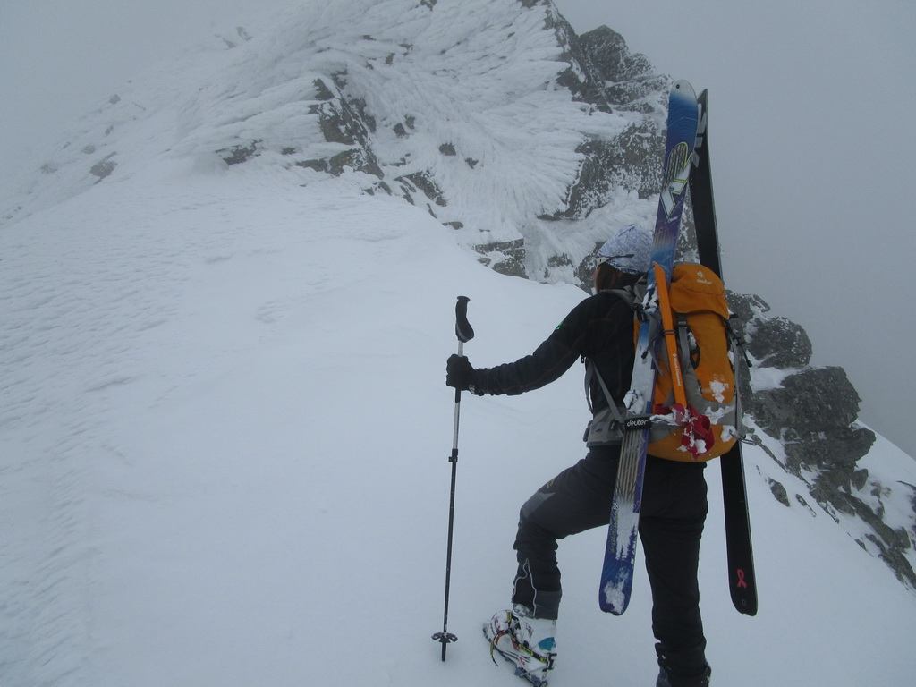 Kreuzspitze_na_širších_lyžiach_K2_Talback_88mm,_foto_z_Baranej_strážnice,_MSD
