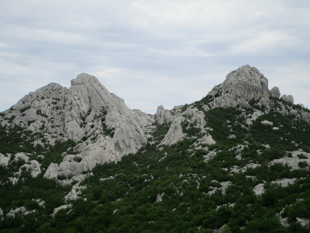 Ercegov_vrch_(vľavo)_nová_lezecká_oblasť_mimo_NP_Paklenica