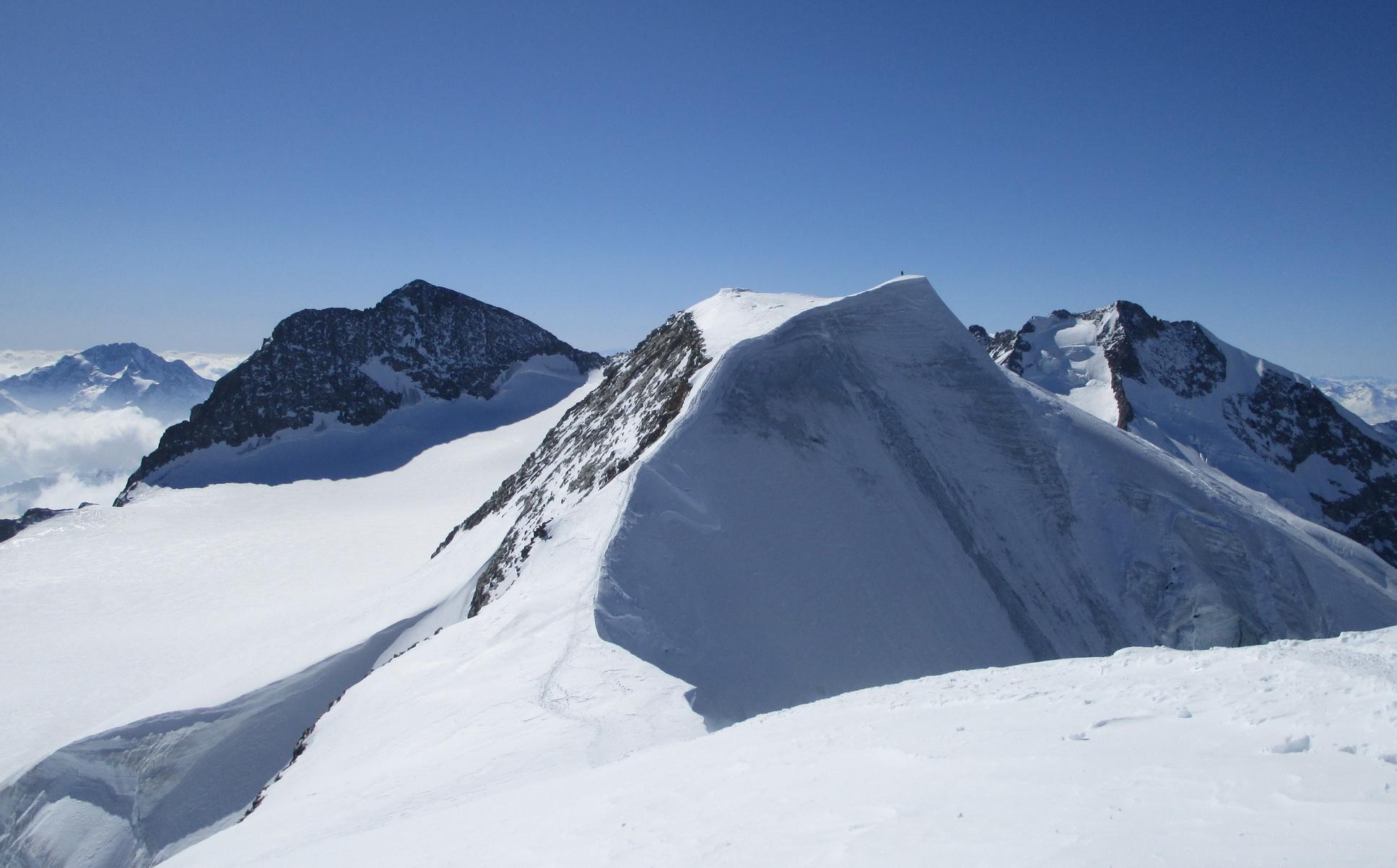 pohľad_z_východného_na_hlavný_vrchol,_úzky_ľadový_a_exponovaný_hrebeň