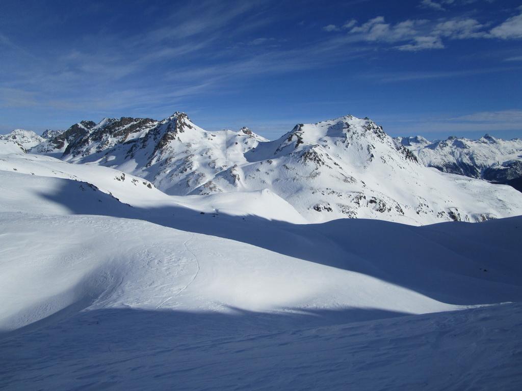 pohľad_z_F._Camuotsch_na_Piz_Nair_a_lyžiarske_stredisko_nad_St._Moritzom,_aktuálny_záber_8.1.2020