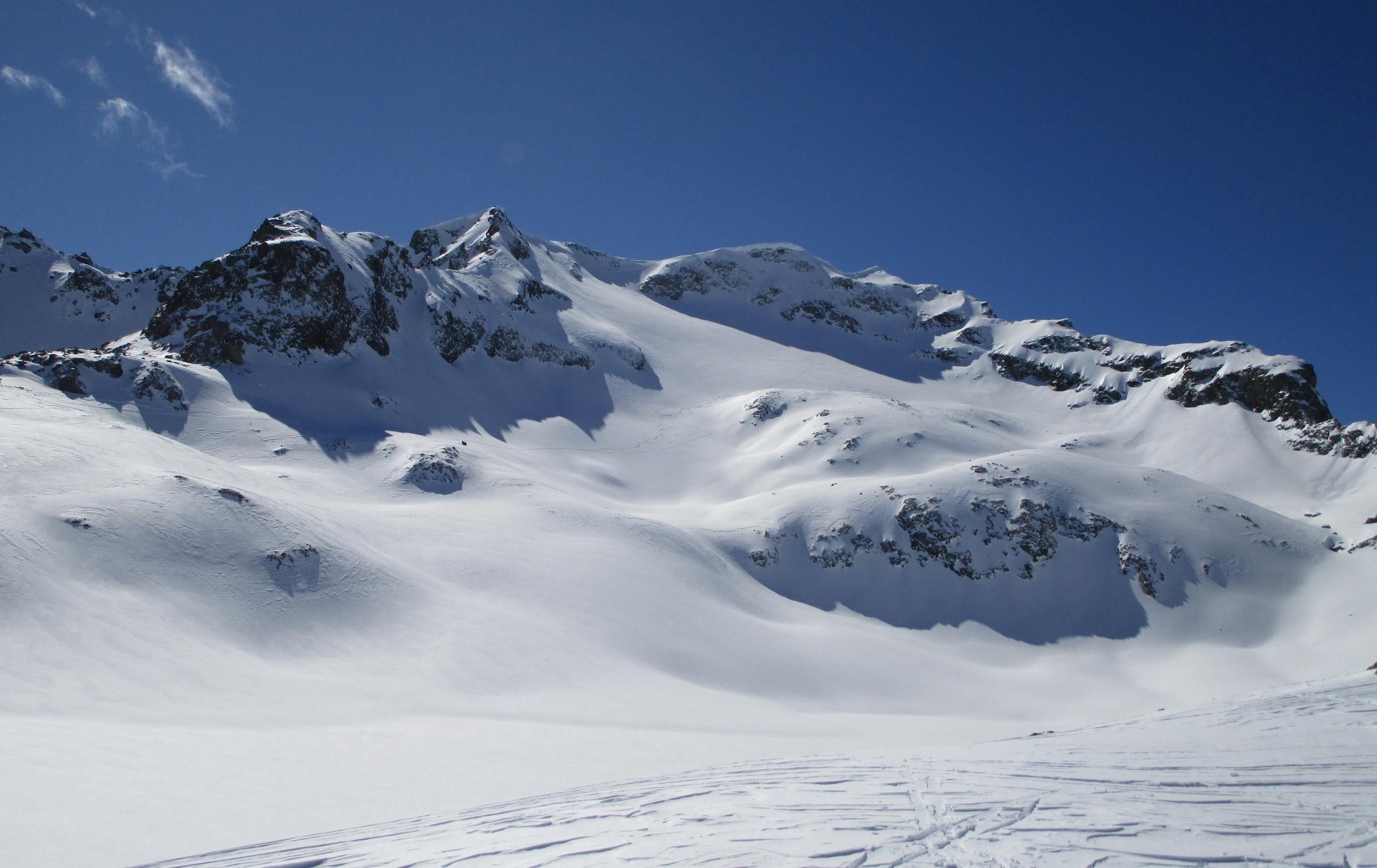 z_morény_sa_otvorí_takýto_úžasný_výhľad_na_náš_cieľ,_zamrznuté_jazero_dole_splýva_so_snehovými_pláňami