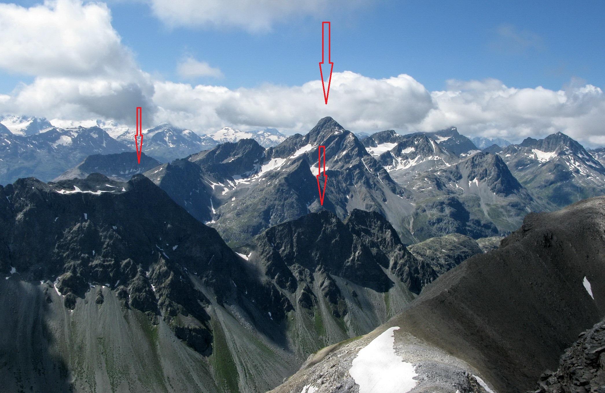 zľava:_Blais,_hore_v_pozadí:_Piz_Ot,_pod_ním_šípka_ukazuje_na_ľavý_vrchol_dvojičiek_(Dschimels_2781)