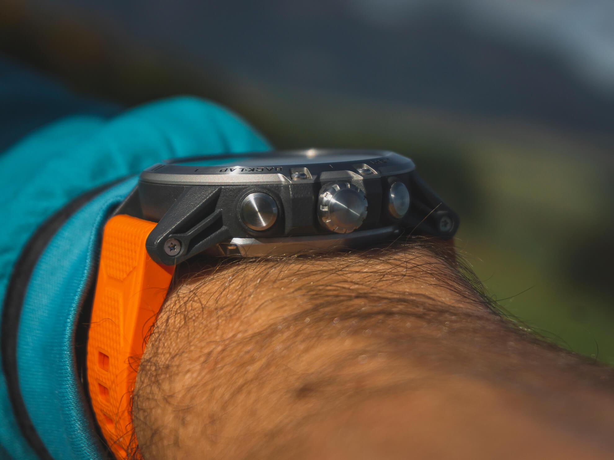 Na hodinkách sú len 3 tlačidlá na jednej strane. Digitálna Korunka v strede umožňuje až tri interakcie - pohyb smerom hore, dole a stlačenie.