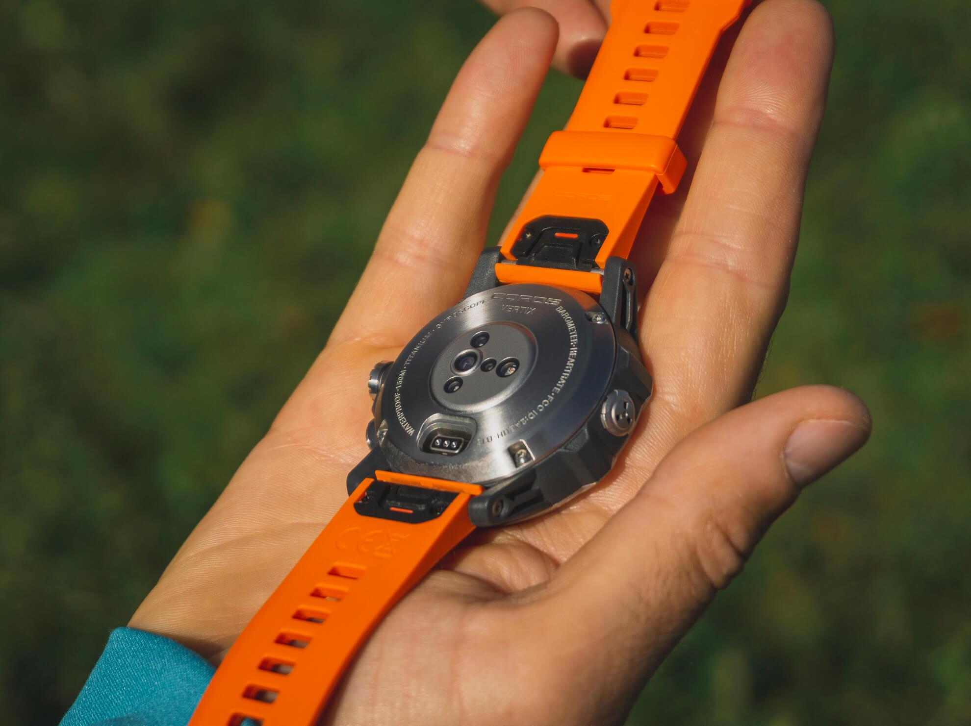 Zadný kryt a obruč okolo displeja sú k telu hodiniek priskrutkované.