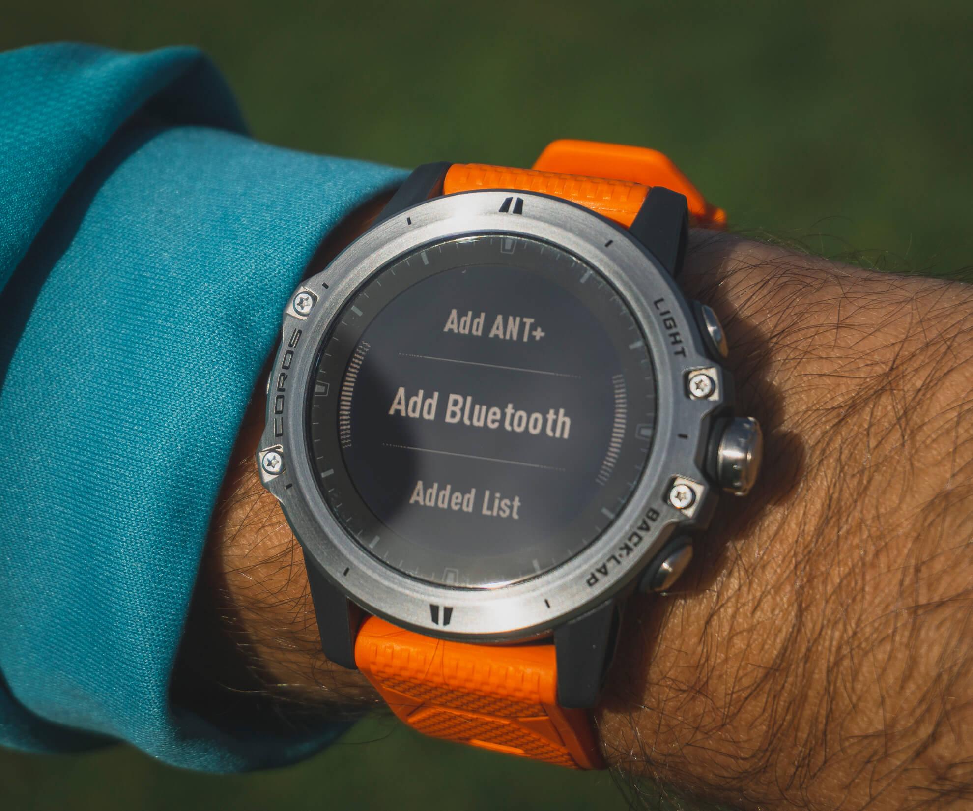 K hodinkám je možné pripojiť prídavné zariadenia (napr. hrudný pas alebo powermeter).