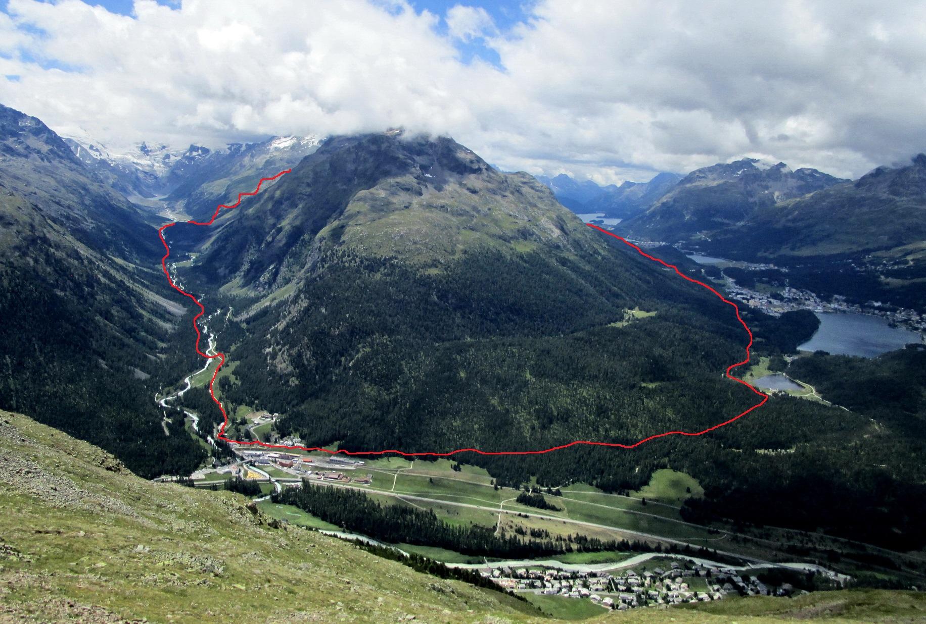 vpravo_St._Moritz,_vľavo_Val_Roseg,_červenou_spomínaná_trasa,_foto_archív_M.B._pohľad_od_Segantinihutte