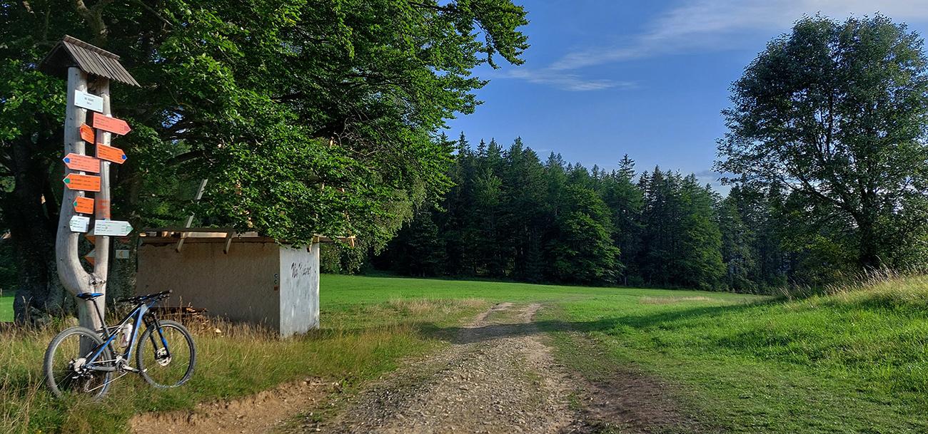 Za_smerovníkom_Na_Kráme_opúšťam_lúky_a_až_na_Šachtičky_už_lesom.